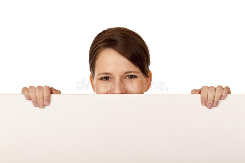 реклама за детенышами женщины пустой доски счастливыми стоковое изображение rf