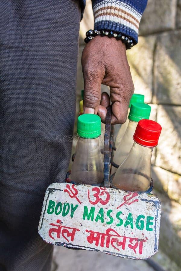 Реклама масла и знака массажа индийского массажа мастерская держа стоковые изображения