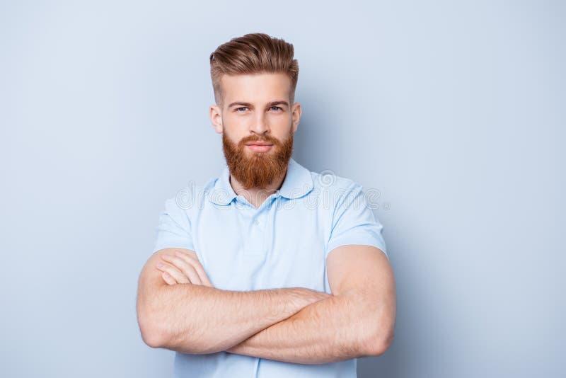 Реклама парикмахерскаи Закройте вверх по портрету строгого горячего красного медведя стоковое фото