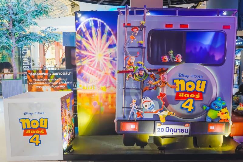 Рекламировать украшение на рассказ 4 игрушки фильма с персонажами из мультфильма и дисплеями на кинотеатре стоковое изображение rf