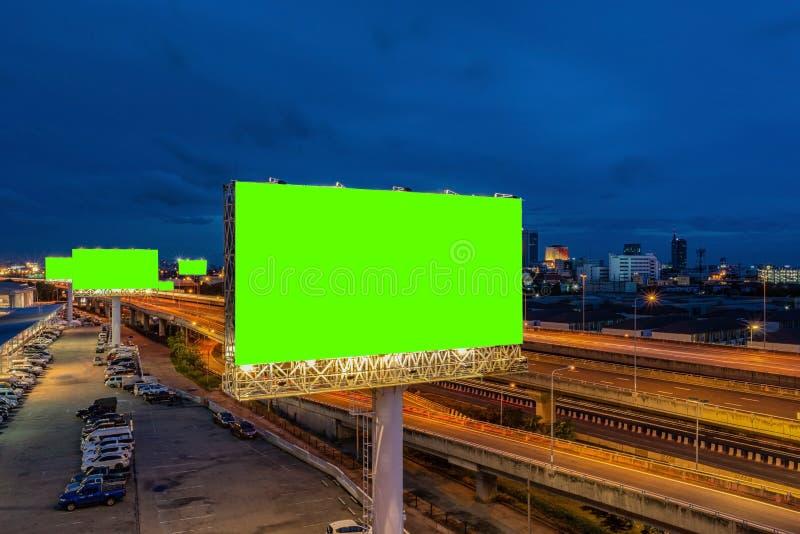 Рекламный зеленый экран на рекламных щитах ночью стоковая фотография rf