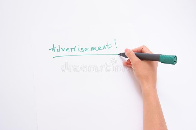рекламодателя женское сочинительство руки на белой бумаге пишет руку стоковое фото