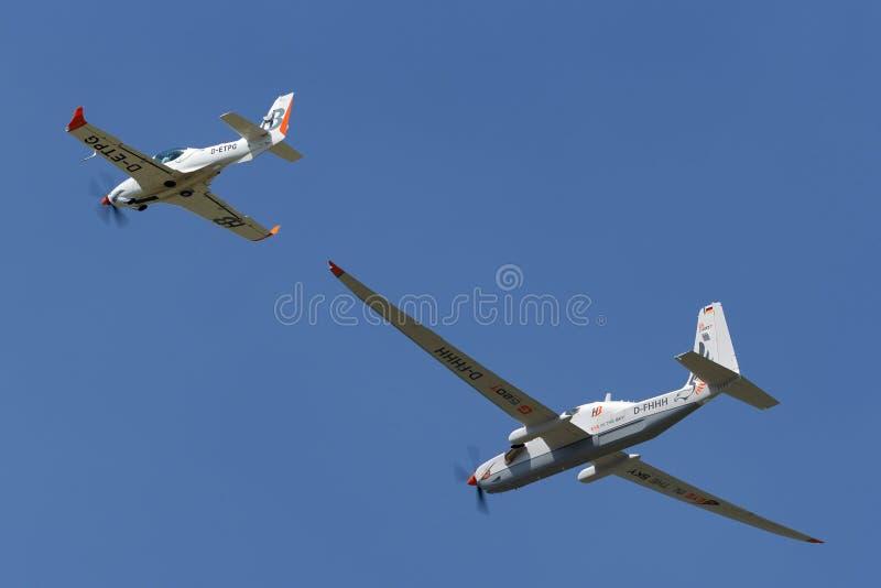 Рекогносцировка большой возвышенности Grob G-520T Egrett и самолеты наблюдения D-FHHH в образовании с Grob 140TP стоковая фотография