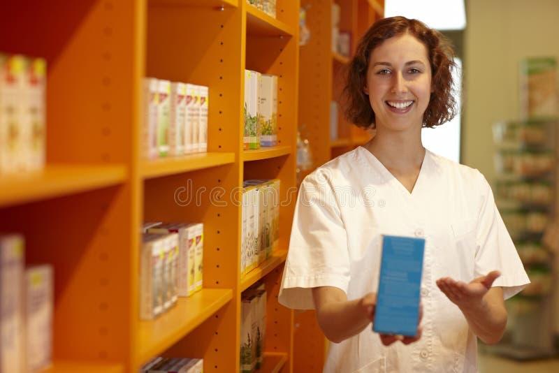 рекомендовать аптекаря микстуры стоковое фото rf