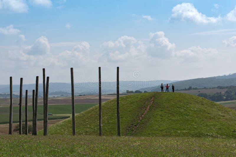 Реконструированный тягчайший холм в парке кельтского мира на Glauberg, Hesse, Германия стоковые фотографии rf