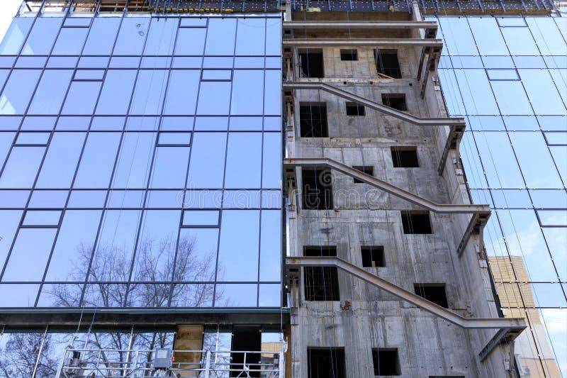 Реконструкция и реновация фасада современного жилого дома стоковое фото rf