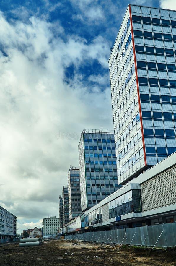 Реконструкция улицы с современными офисными зданиями стоковая фотография
