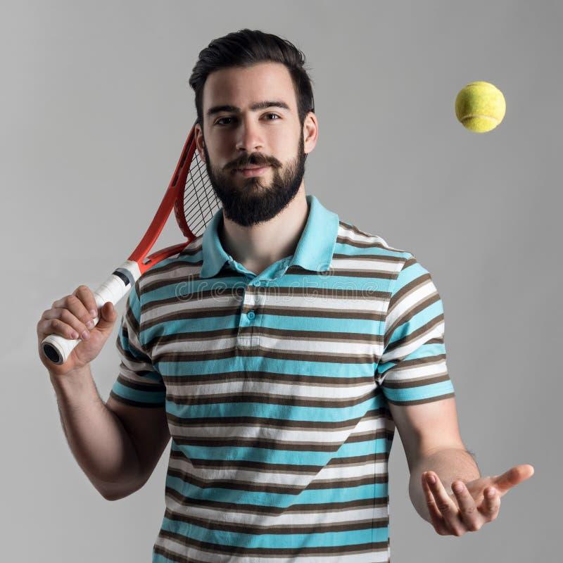Рекреационный теннисист держа ракетку и меча шарик стоковое фото