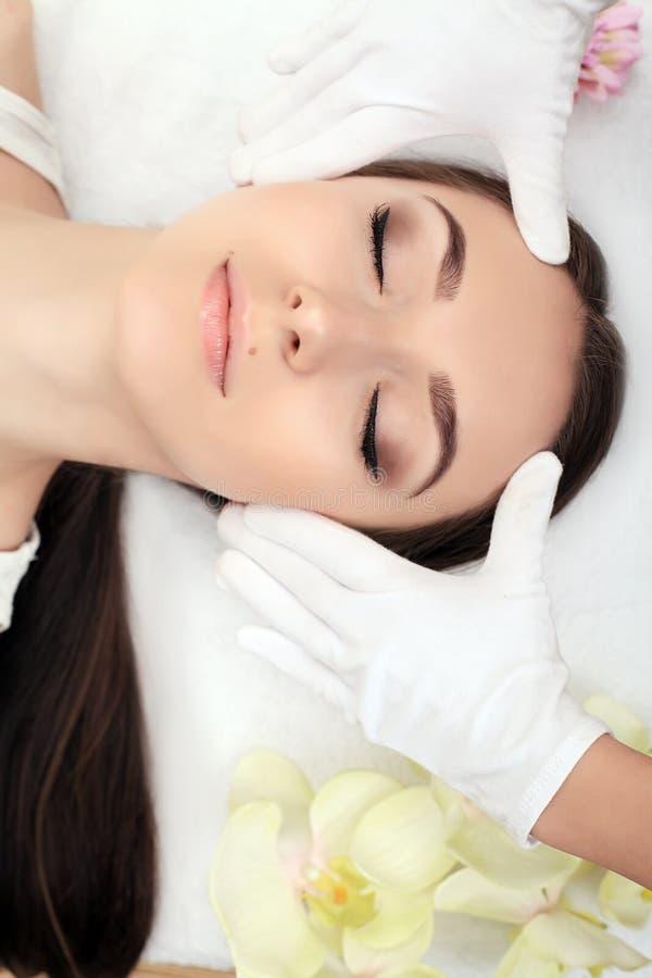 Релаксация курорта, skincare, здоровая концепция удовольствия Лежать женщины стоковое изображение
