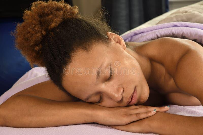 Релаксация массажа на конце спа дня вверх по взгляду стоковые фото
