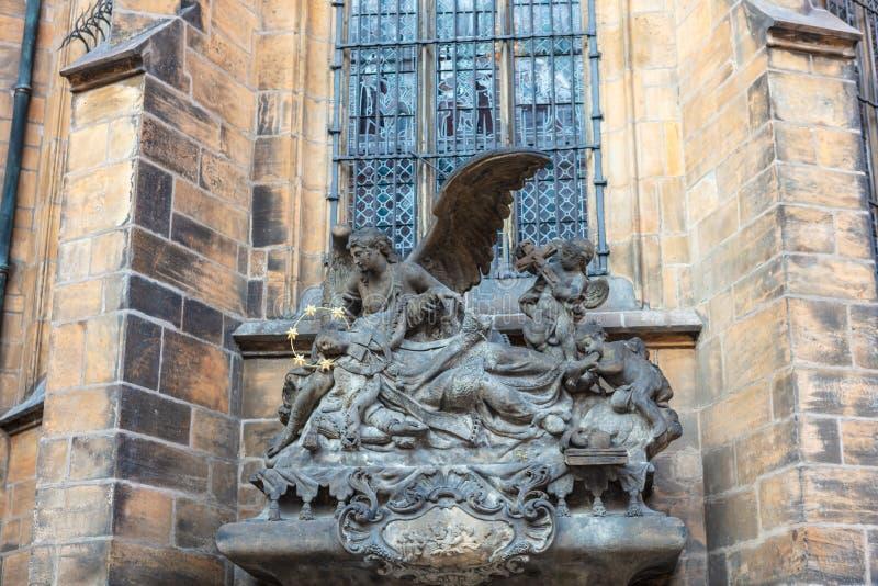 Религиозная статуя вне собора St Vitus в Праге стоковая фотография