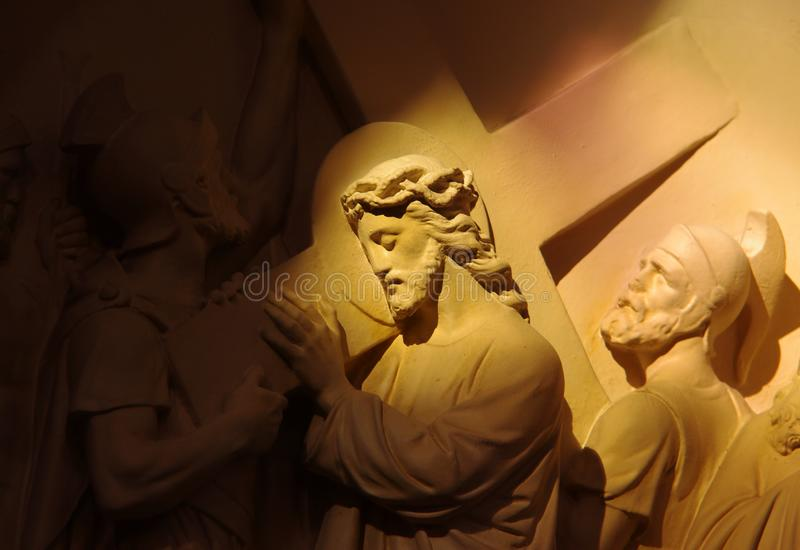 Религиозная сцена Иисуса Христоса нося крест стоковое изображение