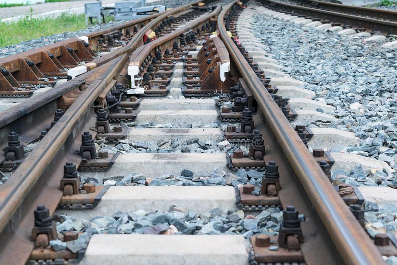 Рельсы и конкретные слиперы Железная дорога вилки Стрелок рельса стоковая фотография