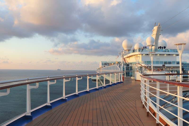 Рельс и палуба туристического судна на сумраке стоковая фотография rf