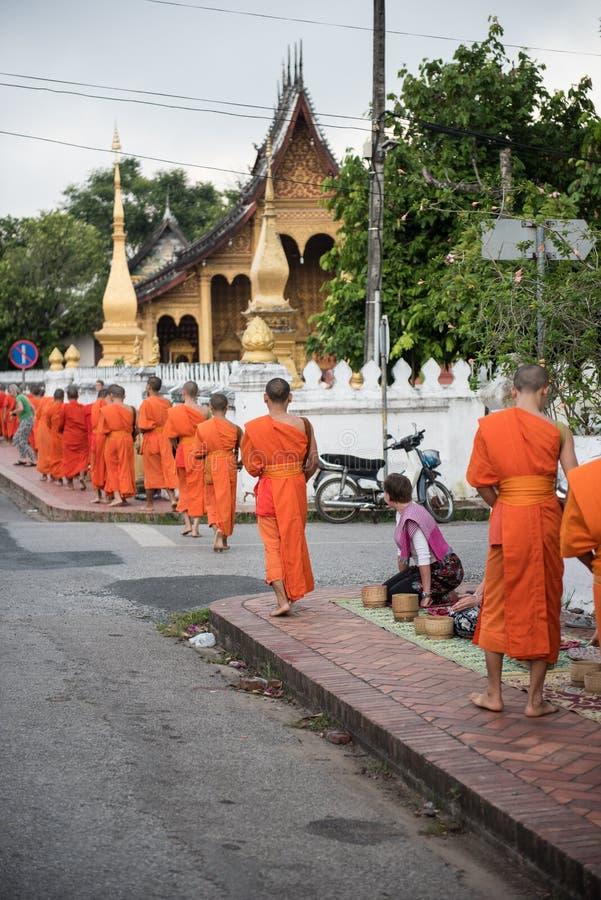 Ремень и монахи Wat Xieng стоковые изображения