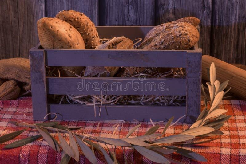 Ремесленник обваливает в сухарях в деревянной коробке с деревянной предпосылкой стоковое изображение