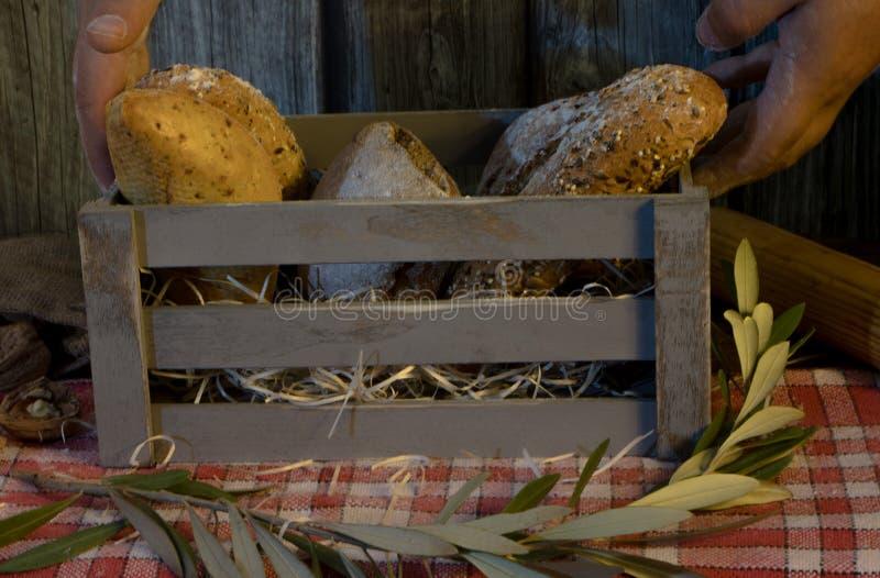 Ремесленник обваливает в сухарях в деревянной коробке с деревянной предпосылкой стоковые фотографии rf