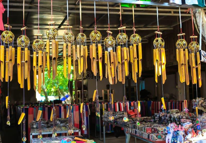 Ремесленничество с типичными изображениями въетнамского будучи повешенным для продажи к посетителям в деревне туризма Lac в север стоковые фото