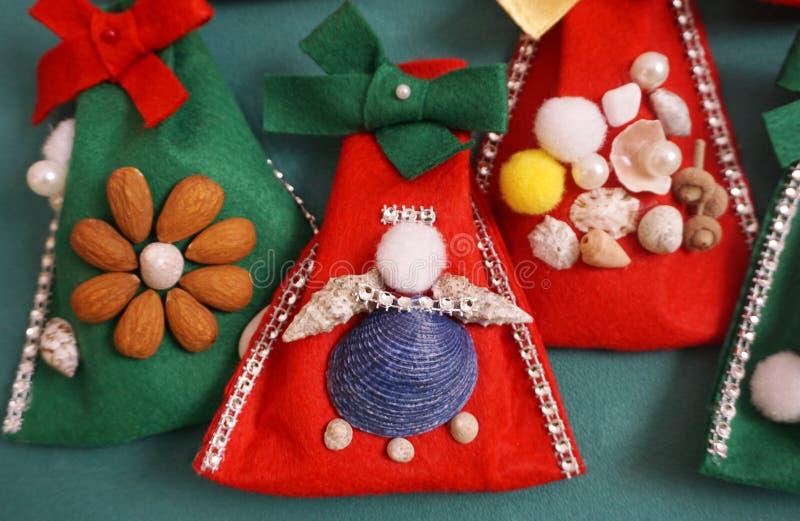 Ремесло ангела, сделанное из раковин и шариков на чувствуемой сумке Концепция украшения ремесла рождества стоковая фотография