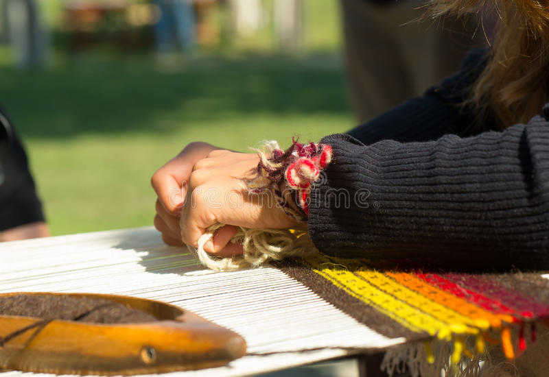 ремесленничество соткать тени руки стоковая фотография