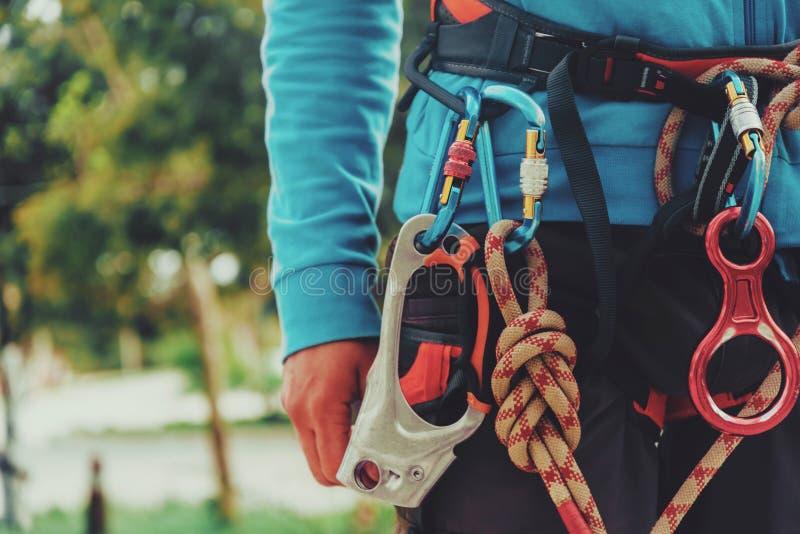 Ремни безопасности альпиниста утеса нося стоковые фото