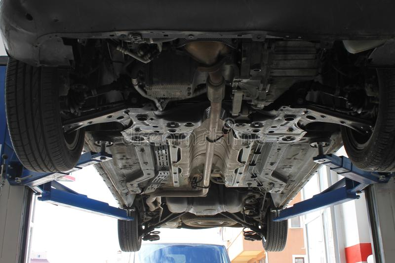 Ремонтировать автомобиль в ремонтной мастерской ремонта автомобилей стоковое изображение