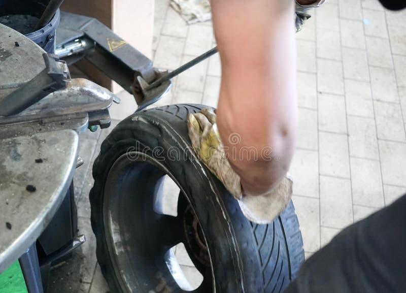 Ремонтировать автошину автомобиля стоковые фото