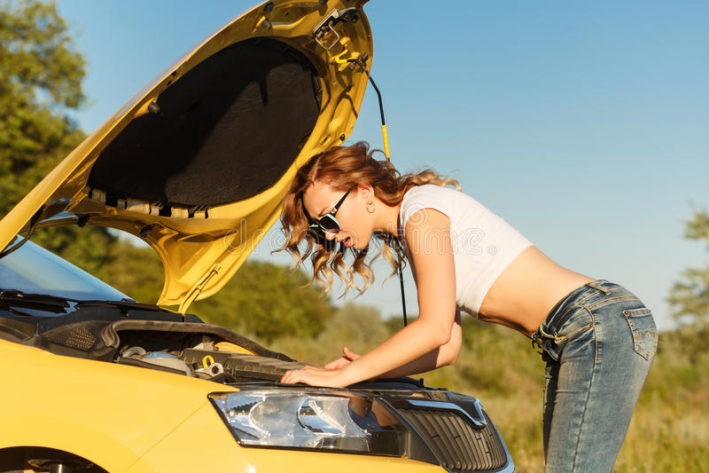 ремонтировать девушки автомобиля стоковая фотография