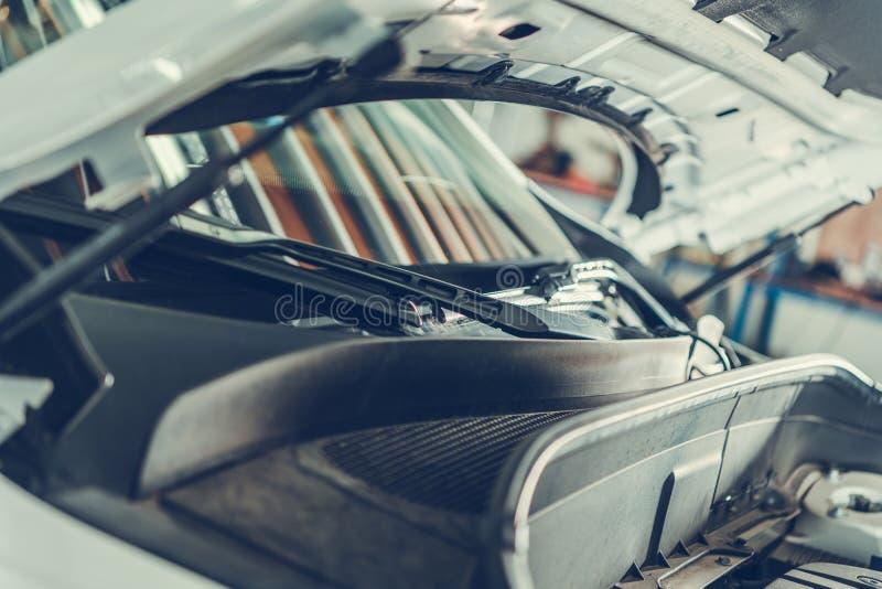 Ремонтировать современный автомобиль стоковое фото rf