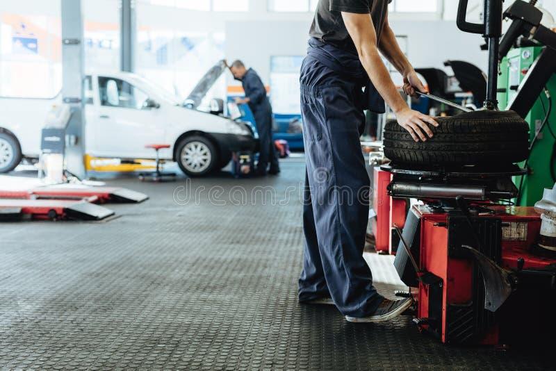 Ремонтная мастерская автомобиля с работой механиков стоковые фото