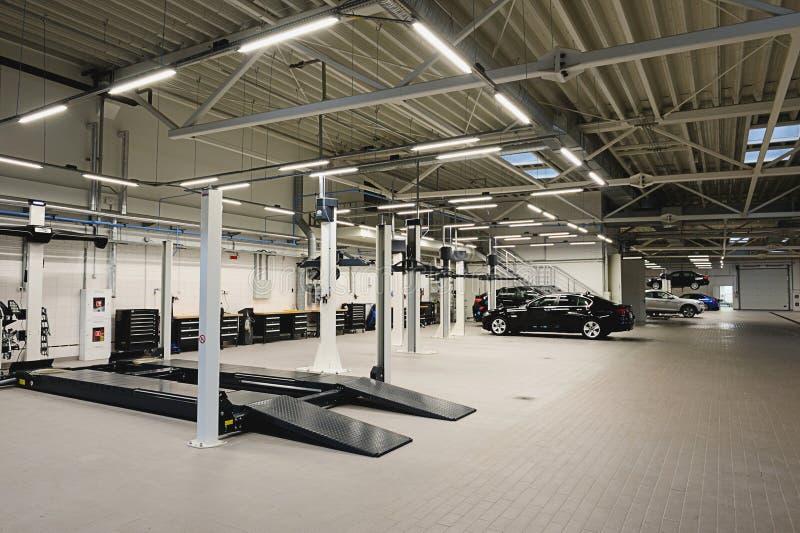 Ремонтная мастерская автомобиля стоковые фото