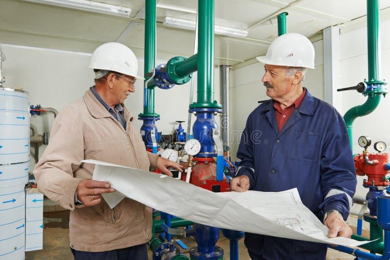 Ремонтник инженера топления в котельной стоковое фото rf