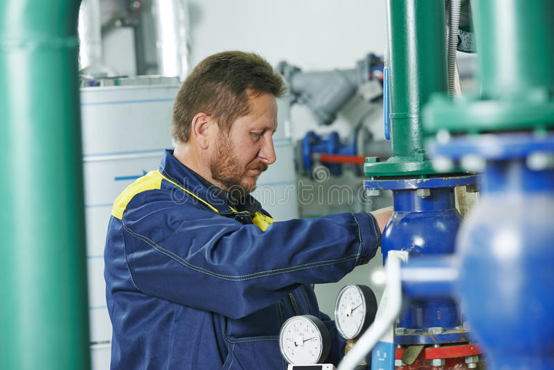 Ремонтник инженера топления в котельной стоковое изображение