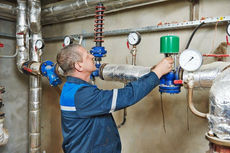 Ремонтник инженера топления в котельной стоковые изображения