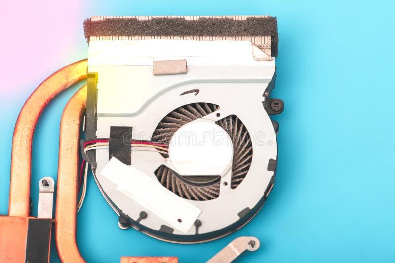 Ремонтник работает в службе технической поддержки, приниманся за восстановлению и чистке ноутбука стоковые изображения rf