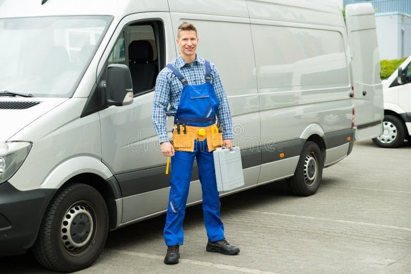 Ремонтник с инструментами и Toolbox перед Van стоковое изображение