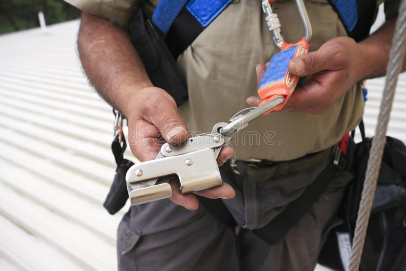 Ремонтные службы осмотра рабочий-строителя доступа веревочки на приборе оборудования для обеспечения безопасности стоковое фото