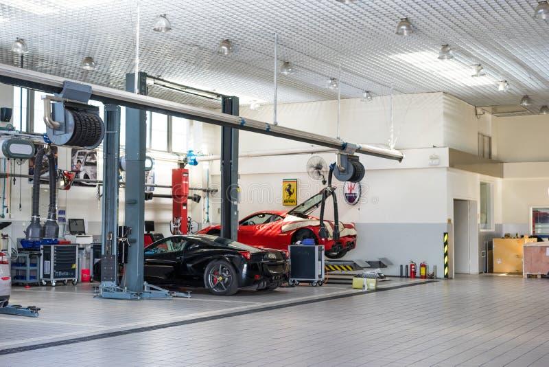 Ремонтные услуги автомобиля Феррари стоковое изображение