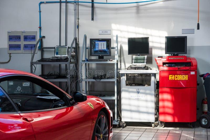 Ремонтные услуги автомобиля Феррари стоковые фотографии rf