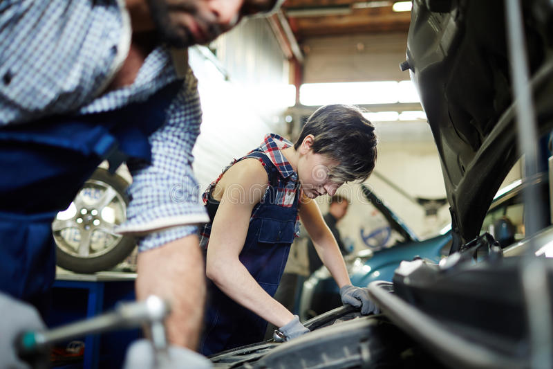 Ремонтные услуги автомобиля стоковая фотография