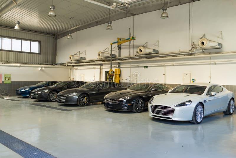 Ремонтные услуги автомобиля Aston Мартина стоковые изображения rf