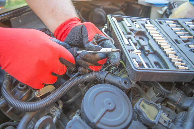 Ремонты работника автомобиль в центре ремонта автомобиля Ремонтные услуги Обслуживание автомобильного стоковое фото