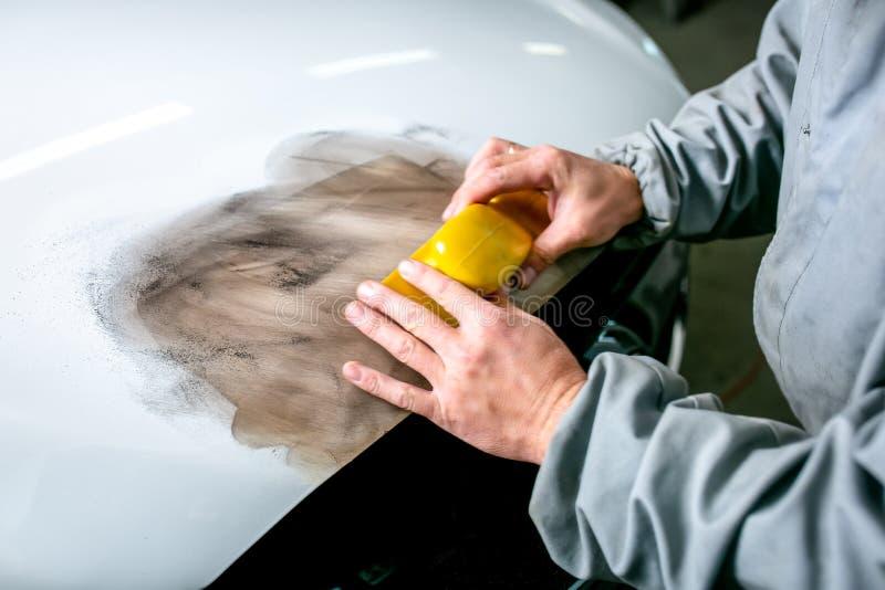 Ремонт автомобиля в обслуживании автомобиля Locksmith спешит деталь автомобиля, руки закрывает вверх стоковое фото rf