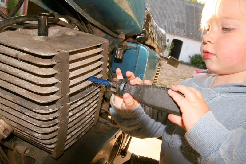 ремонт двигателя ребенка стоковое изображение