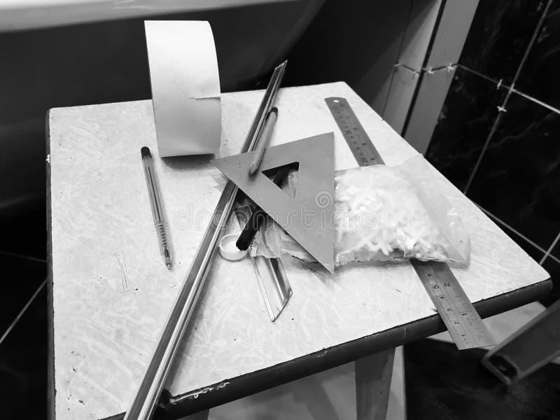 Ремонт - здание с инструментами, рулетка, карандаш, ручка, отметка, лента для маскировки, треугольник, угол, углы плитки, алюмини стоковые фотографии rf