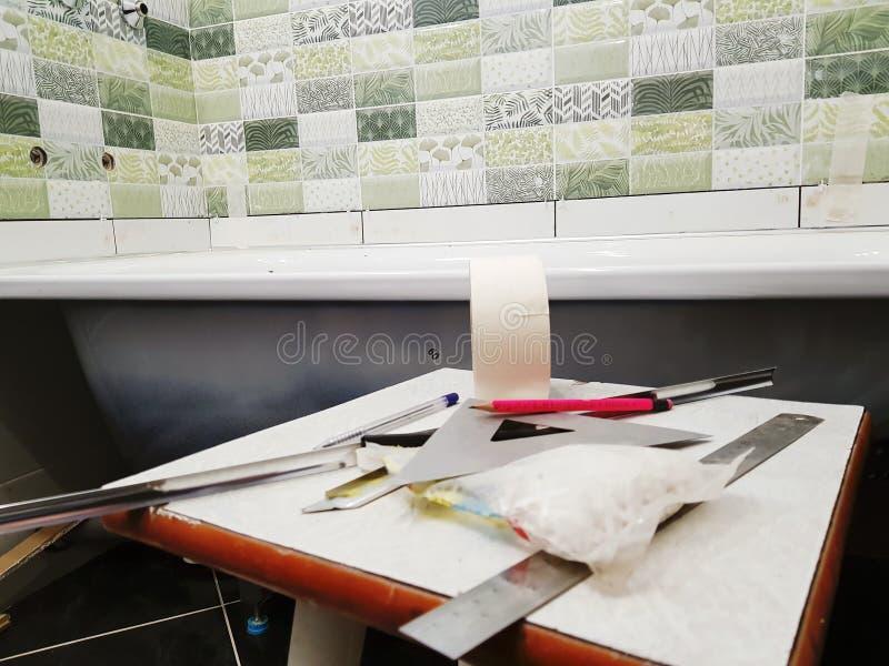 Ремонт - здание с инструментами, рулетка, карандаш, ручка, отметка, лента для маскировки, треугольник, угол, углы плитки, алюмини стоковое изображение rf