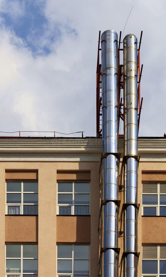 Ремонт и реновация фасада современного жилого дома с современными высасывающей системой и доступом к крыше стоковое фото