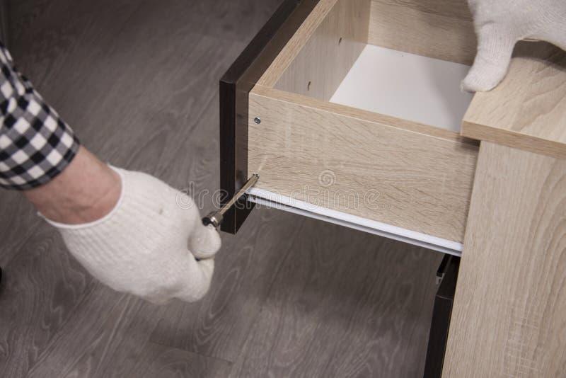 Ремонт и установка мебели в комнате стоковая фотография