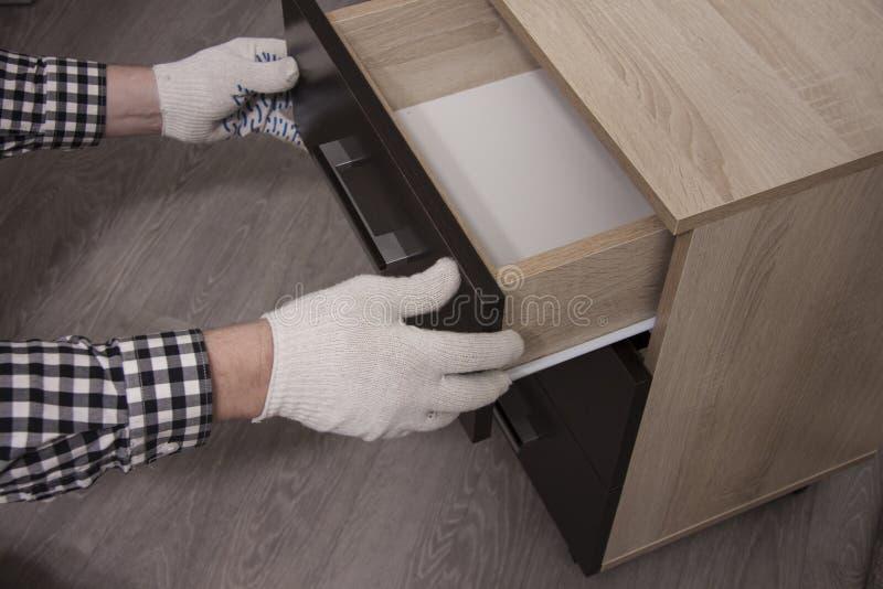 Ремонт и установка мебели в комнате стоковые фотографии rf
