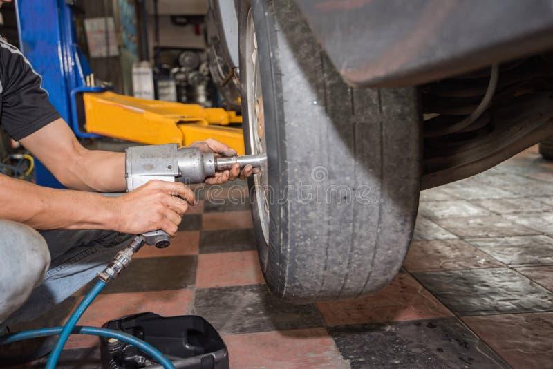ремонт колеса автомобиля, ремонт тормоза, колесо автомобиля и ремонт тормоза стоковые изображения rf